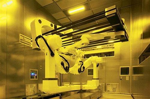 Robot waarmee de grote glaspanelen worden verwerkt in Sharp fabriek
